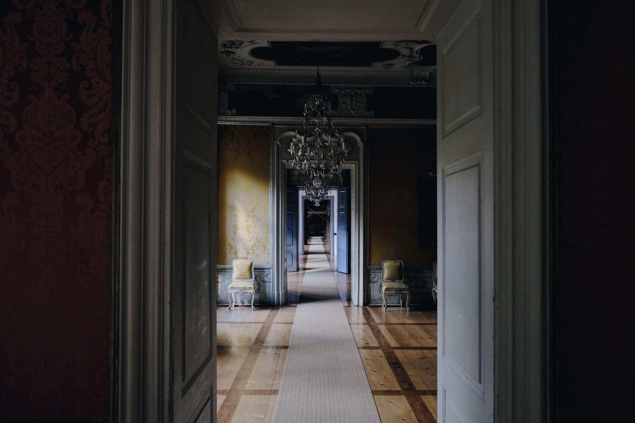 Pohľad naprieč zasebou umiestnenými izbami takým spôsobom, ako tomu bolo v hradoch, zámkoch a kaštieľoch
