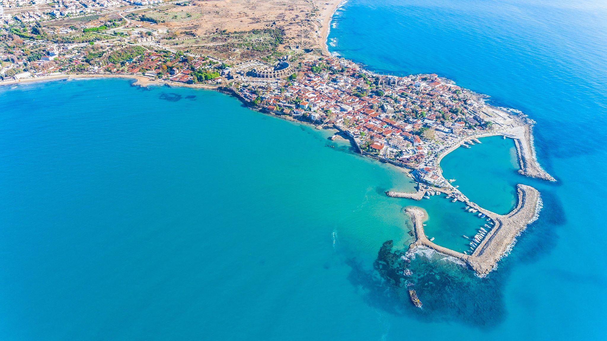 Mestečko na konci polostrova, ktoré má vybudovaný prístav takmer v tvare srdca