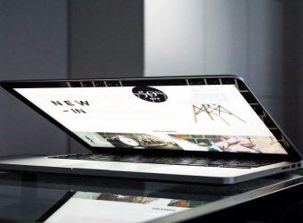 Mac book otvorený do polovice a na obrazovke je vlastný e-shop