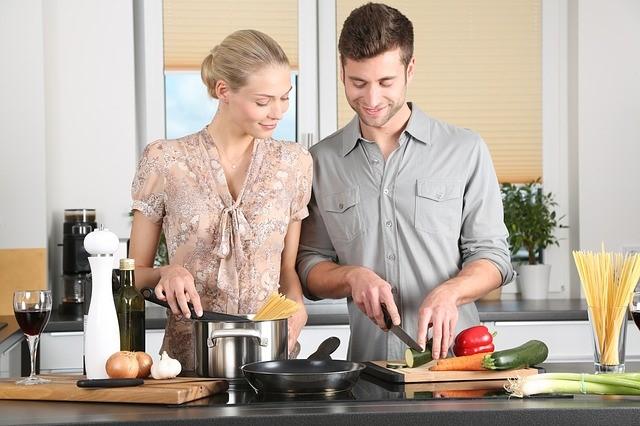 Varenie páru s kuchynskými potrebami