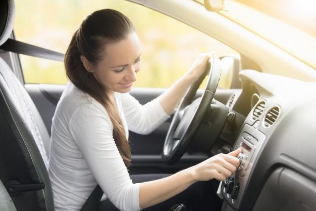žena za volantom vozidla